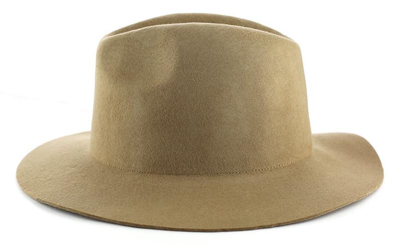 برای اینکه از تابش مستقیم خورشید به ناحیهی سر و صورت در امان بمانید، از کلاههای نمدی یا حصیری استفاده کنید.