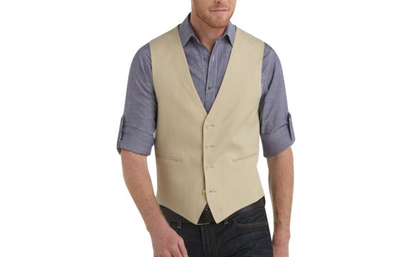 جلیقهی نخی یا کتانی بدون کت انتخاب مناسبی برای آقایانی است که نمیخواهند کت بپوشند.