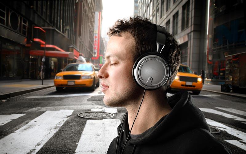 در طول رفت و آمدهای روزانه به کتابهای صوتی یا پادکستهای انگیزشی گوش دهید.
