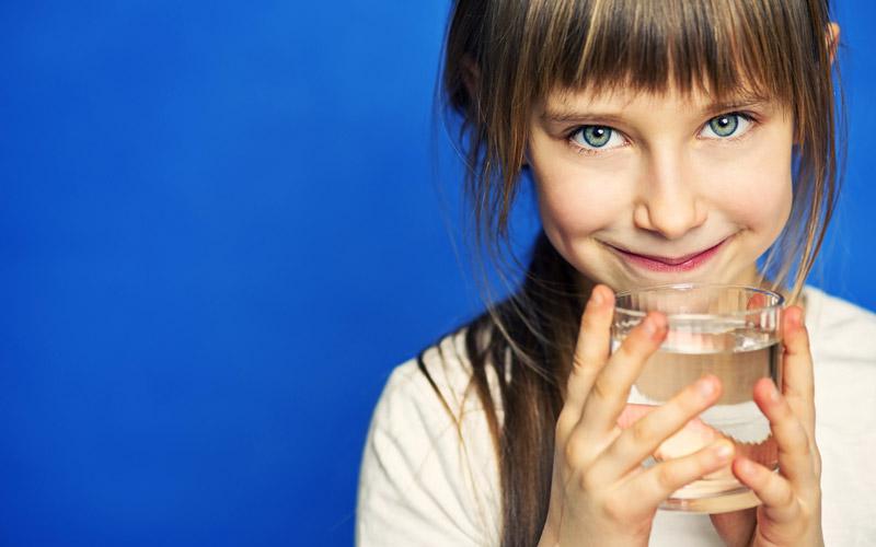 صبحها تا نیم ساعت بعد از این که از خواب بیدار شدید، دو لیوان پر آب میل کنید.