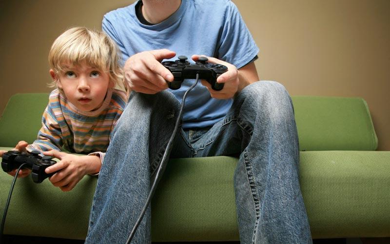 ۸. بجای نشستن پای برنامههای تلویزیونی بازی کنید