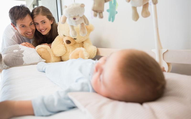 والدین شاد بچهها با خواب آرام