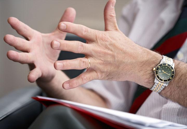 حین صحبت از حرکات دست کمک بگیرید