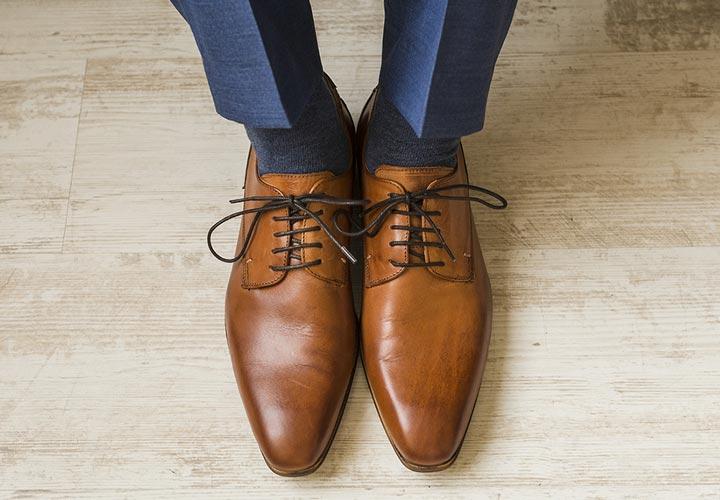 کف هر دو پا را روی زمین قرار دهید