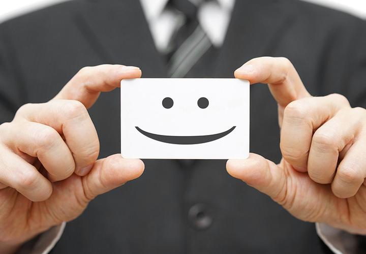 لبخند بزنید و هر از گاهی سر تکان دهید