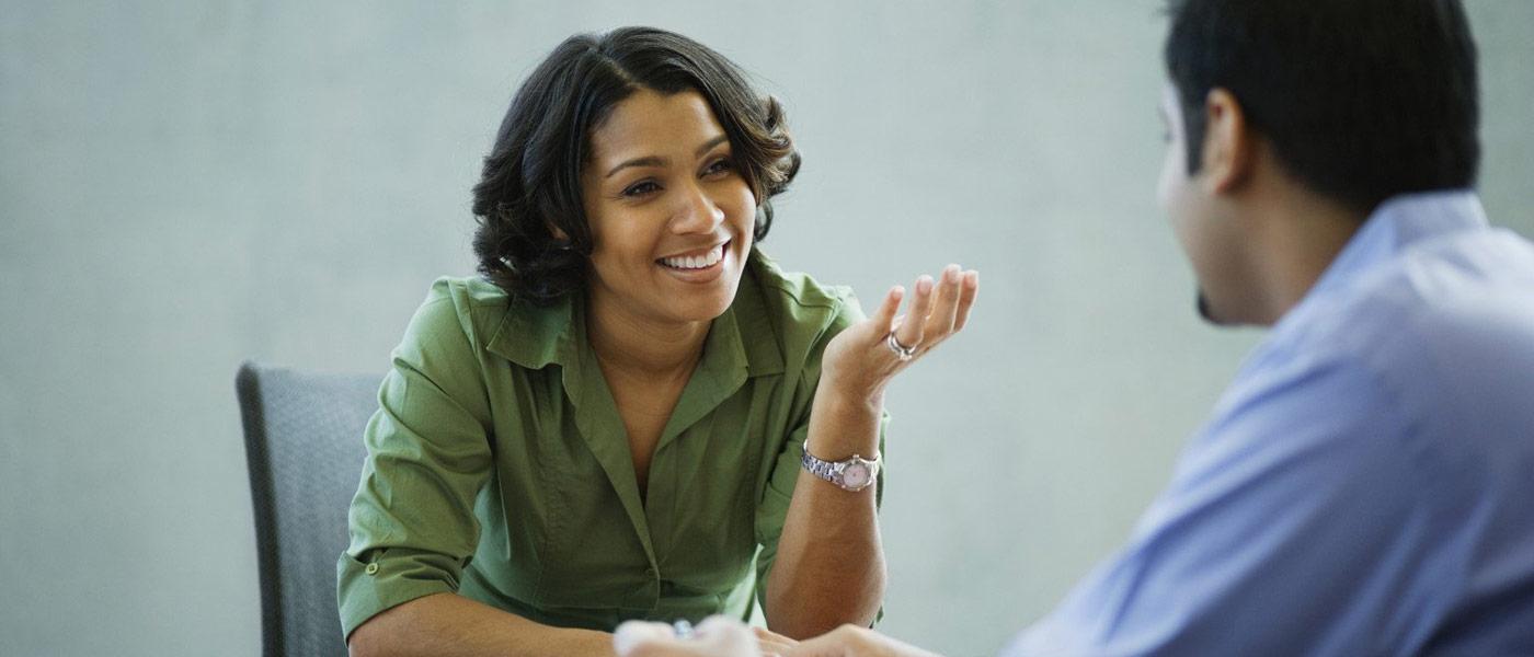 تقویت مهارت گوش دادن؛ ۱۰ اصلی که شما را تبدیل به شنونده سراپا گوش میکند