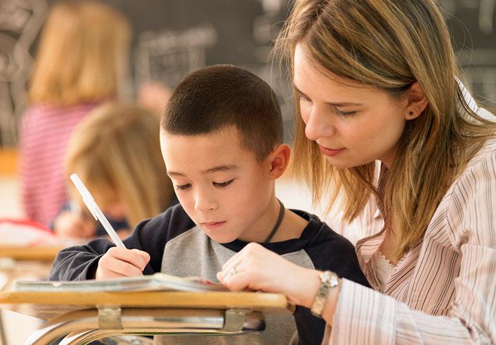 معلم خوب با تک تک دانش آموزان ارتباط برقرار میکند.