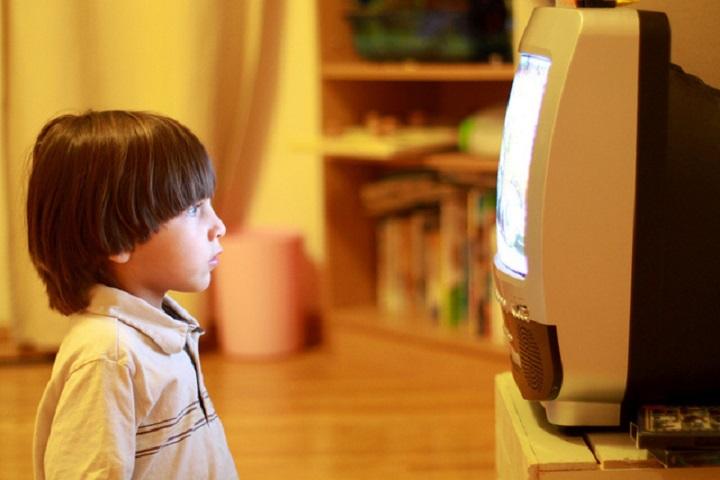 تماشای بیش از حد تلویزیون برای کودکان مضر است