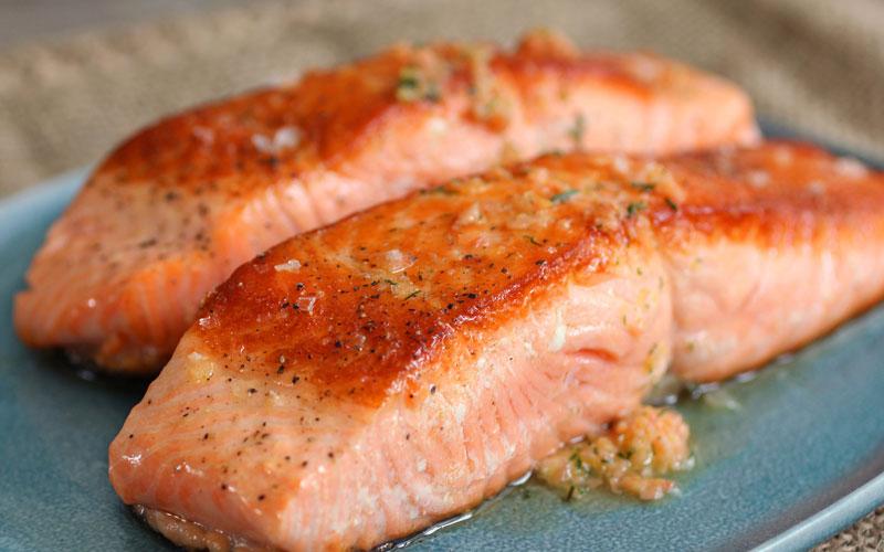 ماهی سالامون که سرشار از چربیهای سالم است در عضله سازی نقش مهمی بازی میکند