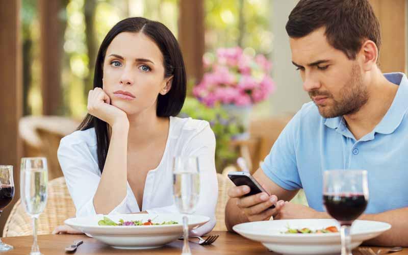 کنار گذاشتن موبایل برای تقویت مهارتهای ارتباطی