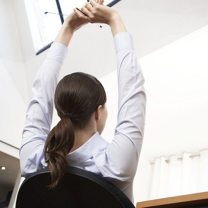 انجام حرکات کششی دست در محل کار