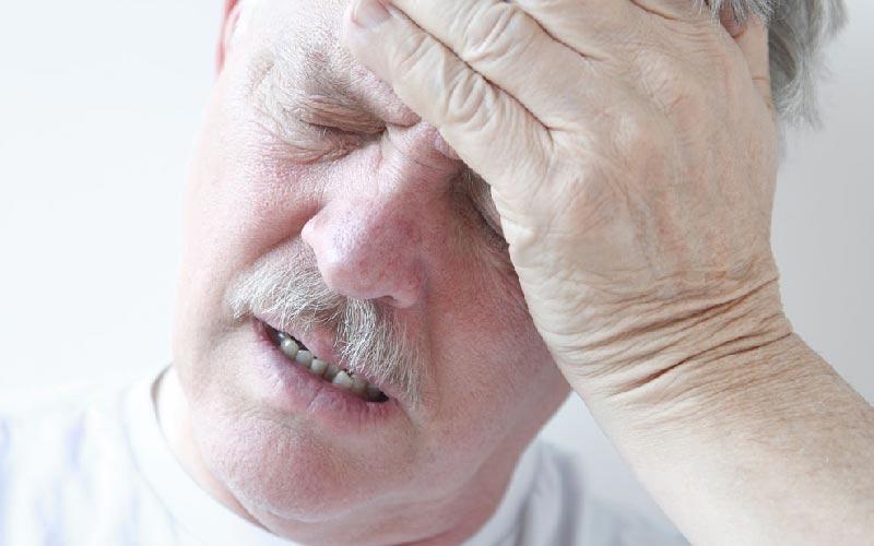 سر درد از علائم فشار خون است