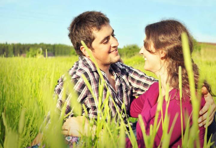 زوج های خوشبخت عشق خود را ابراز می کنند