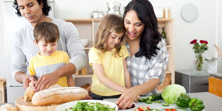 کمک از کودک برای تهیه غذا
