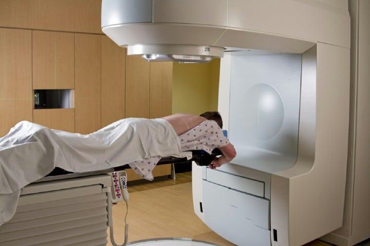 پرتو درمانی یک از روشهای درمانی سرطان ریه است.