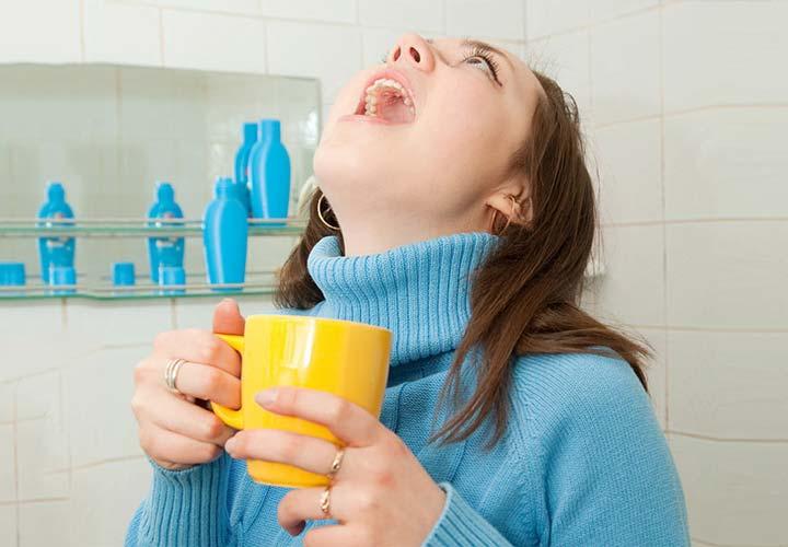 برای درمان سرماخوردگی آبنمک قرقره کنید