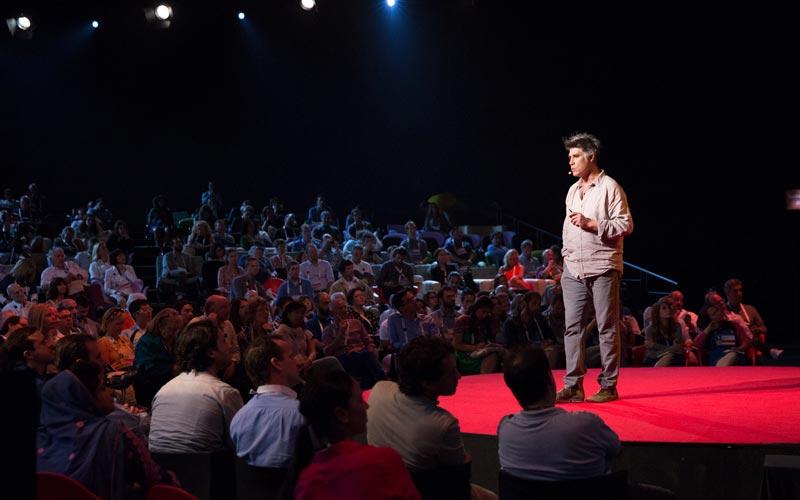 به سخنرانهای حرفهای گوش کنید - چگونه خوب صحبت کنیم