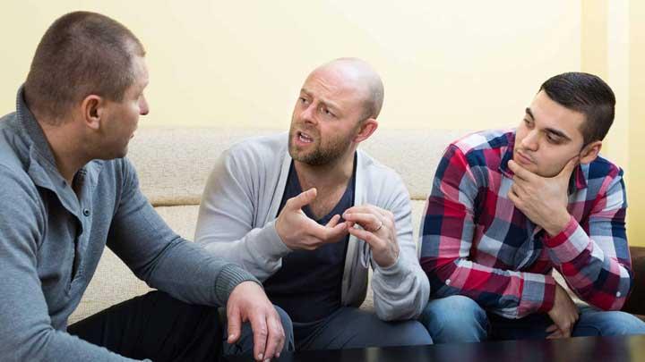 6 men having political discussion روش های یادگیری زبان انگلیسی در منزل
