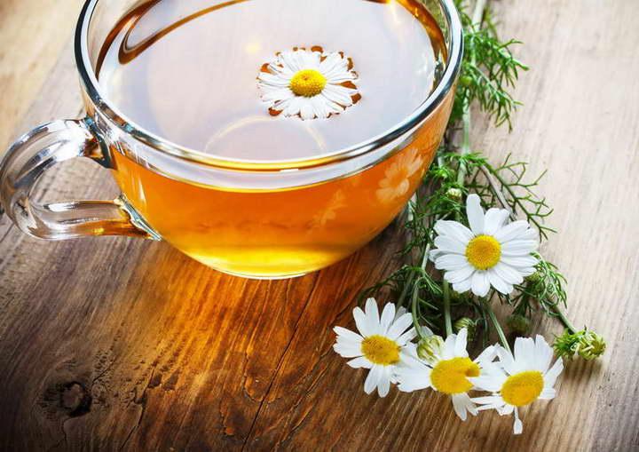 برای درمان خانگی معده درد چای بابونه بنوشید