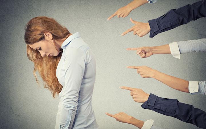 کنترل افکار - منتقد درونی قانل عزت نفس و اعتماد به نفس است. کنترل افکار شما را چه کسی در دست گرفته است کنترل افکار شما را چه کسی در دست گرفته است Judgment Image