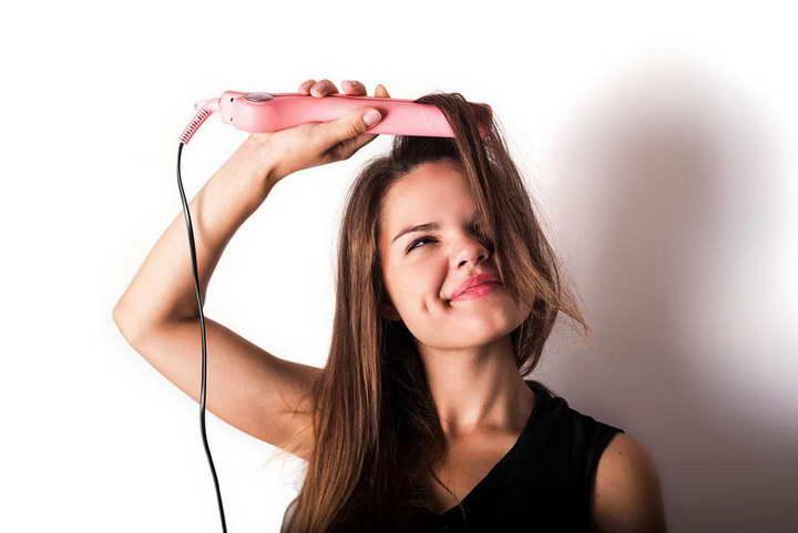 برای درمان موخوره از اتوی مو درست استفاده کنید