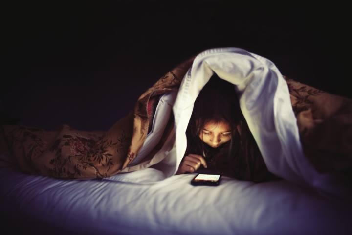 عادت استفاده از تلفن، تبلت یا رایانه در رختخواب را از برنامه روزانه خود حذف کنید.