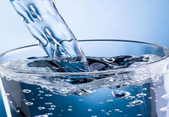نوشیدن آب، قبل و بعد از غذا، باعث کاهش اشتها میشود.