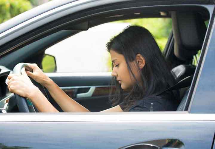 خوابیدن حین رانندگی از عواقب احتمالی خواب آلودگی است