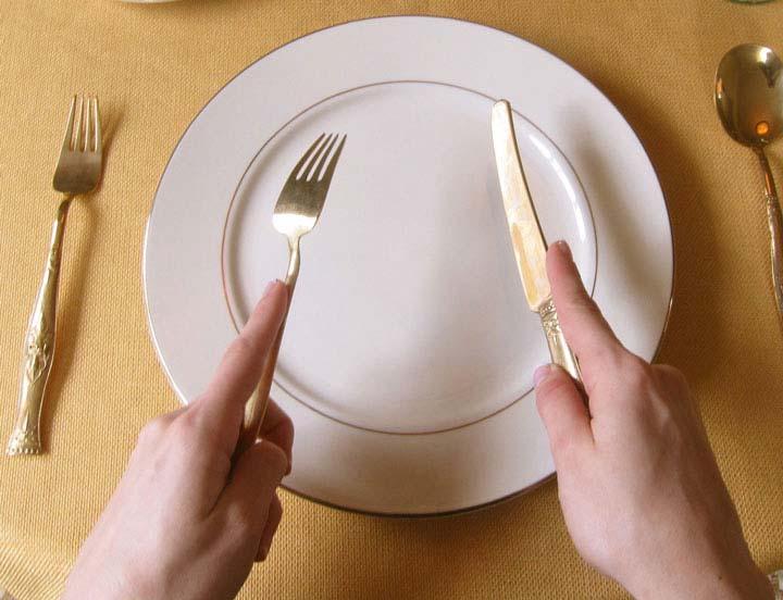 آداب غذا خوردن بخشی از آداب معاشرت است و به عنوان یک بزرگسال باید این موارد را بدانید.