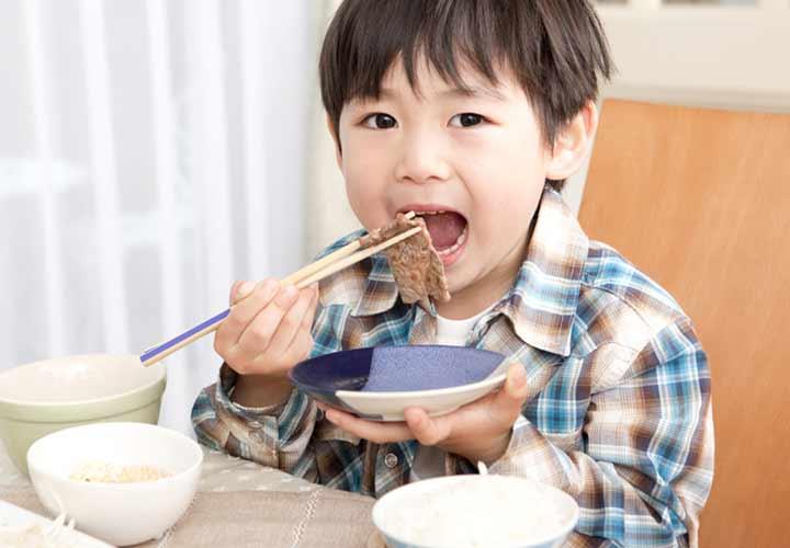 آموزش آداب معاشرت به کودکان - آداب غذاخوری را به کودک آموزش دهید