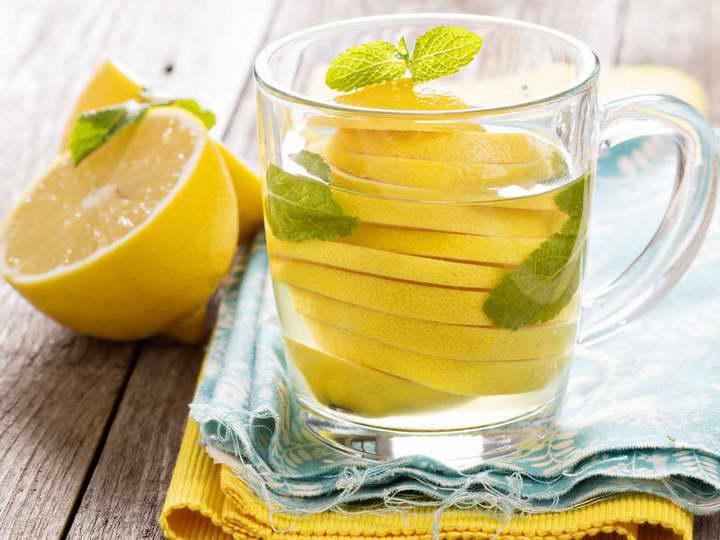 برای درمان خانگی معده درد، آب لیمو سنگی بنوشید