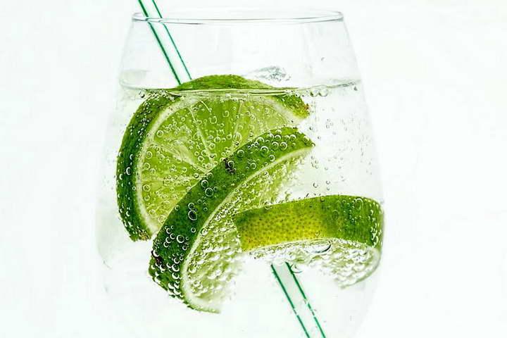 برای درمان خانگی معده درد، آب معدنی گازدار و لیمو ترش بنوشید