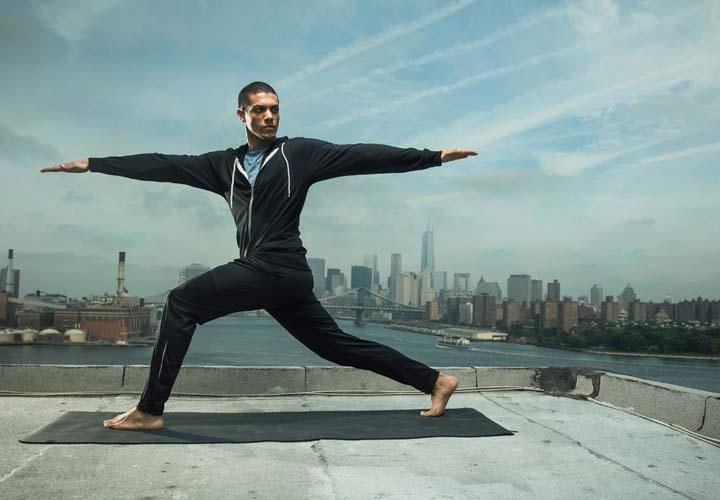 افزایش آرامش اعصاب و کاهش استرس - مردی در حال انجام یوگا