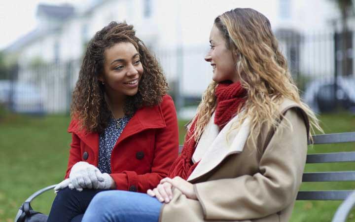 در موقعیتهای اجتماعی نقش فعالی داشته باشید تا بر ترس از اجتماع غلبه کنید.