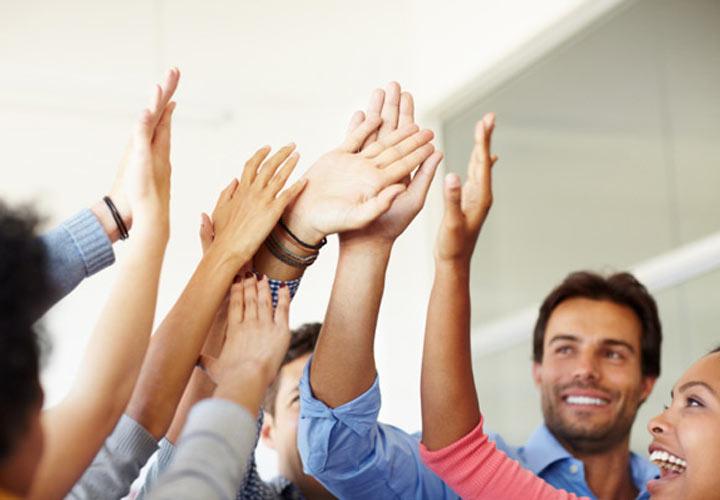 افراد با اعتماد به نفس در شادی موفقیت دیگران شریک میشوند.