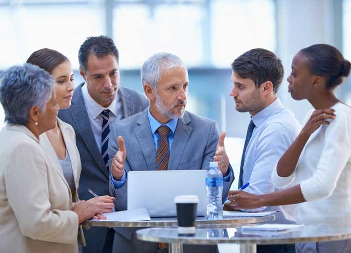 براساس تئوری رهبری مشارکتی، رهبران اعضای گروه را به مشارکت و همکاری تشویق میکنند.