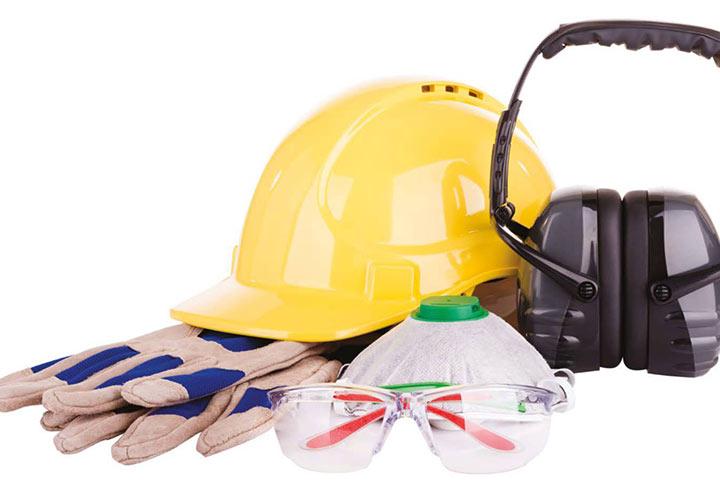 استفاده از تجهیزات ایمنی شخصی، یکی دیگر از فعالیتهای مربوط به ایمنی و بهداشت محیط کار است