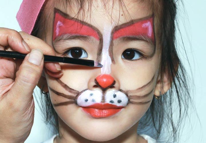 رنگآمیزی صورت کودکان برای خانمهایی که از نقاشی لذت میبرند کار مناسبی است.
