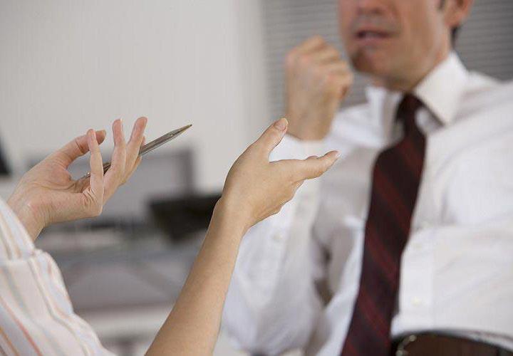ملاقات با مدیرتان و ارائهی گزارشی از کارتان، از بار استرس شغلی خود کم کنید.