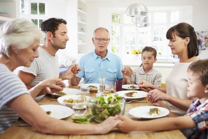 راز پولدار شدن - خانواده ای دور میز غذا