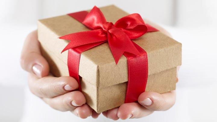 خوش اخلاقی با دوستانتان را با هدیهای کوچک نشان دهید.