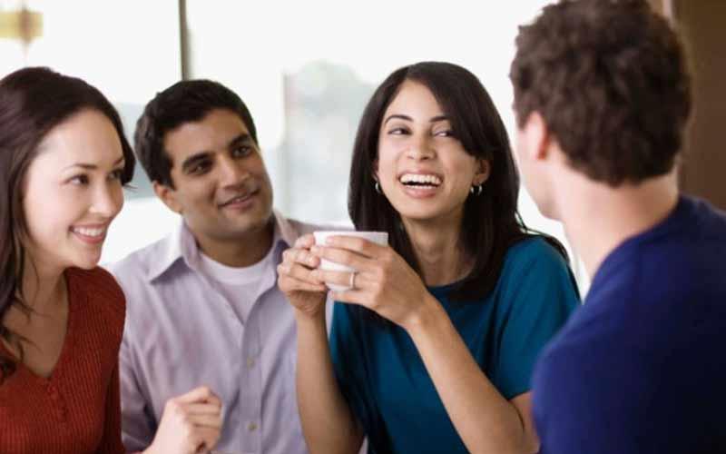 راه های افزایش اعتماد به نفس در بزرگسالان - وقت گذرانی با دوستان