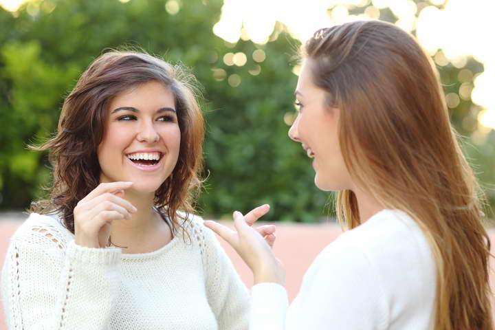 چگونه کاریزماتیک باشیم - برای اینکه کاریزماتیک باشید زبان بدن طرف مقابل را تقلید کنید