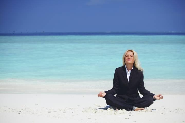 ترس از ازدواج - زنی در حال انجام یوگا در ساحل