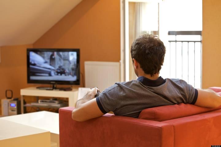 راز پولدار شدن - مردی در حال تماشا کردن تلویزیون