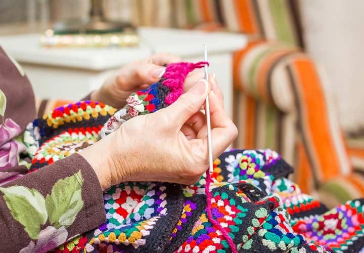 درست کردن وسایل دستی مانند انواع بافتی، ظرف و ظروف و یا حتی فرش میتواند راه مناسبی برای کسب درآمد در خانه باشد.