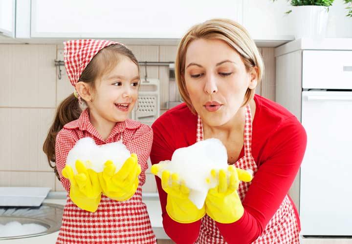 عزت نفس در کودکان - بگذارید کودکان در کارهای خانه کمک کنند