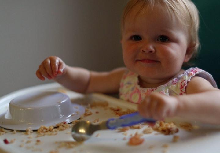 چگونه فرزندی باهوش داشته باشیم - بازی با غذا موجب تقویت هوش کودک میشود
