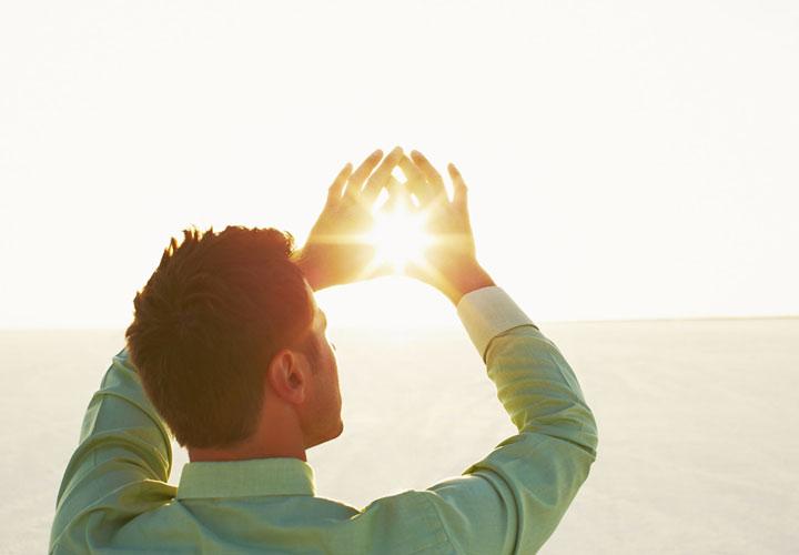 راز سلامتی - قرار گرفتن در معرض نور خورشید میتواند ویتامین D مورد نیاز بدن را تأمین کند.