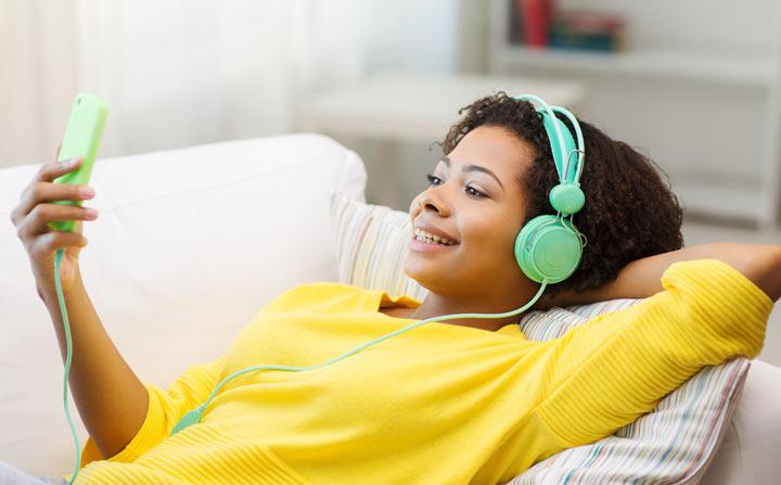 چگونه انگلیسی صحبت کنیم - گوش دادن به پادکست، باعث افزایش دایره لغات برای انگلیسی صحبت کردن میشود.